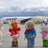 エア・ドゥ、旭川空港50周年機就航 ご当地キャラが出迎え
