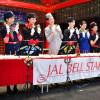 JALのCA、歴代制服でハンドベル披露 ベルスターの8人、アイコンタクトで息合った演奏