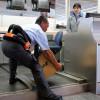 成田空港、ロボットスーツで実証実験 ANAとJAL、手荷物運搬で負担軽減