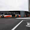 南海バス、関空で100人乗れる連節バス公開 定員2倍、値段は倍以上