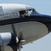 77歳のDC-3、神戸から大阪上空飛行 ブライトリング、世界一周挑戦の旅で