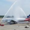 アメリカン航空、日本就航30周年 成田で放水アーチ