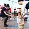 """JAL、羽田国際線ターミナルで""""打ち水日和"""" 浴衣や制服のCA・地上係員が参加"""