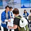 成田空港、開港40周年 新入社員が記念品配付