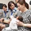 ANA、入院患者にスズランのしおり 63回目、赤十字病院訪問