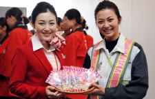 日航、羽田-沖縄線でひなまつりフライト 新女性運航乗務員の制服も披露