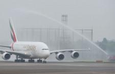エミレーツ航空のA380成田就航 放水アーチで歓迎