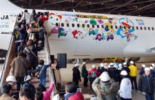 JALと小田急、ドラえもんジェットとラッピング電車の親子見学会