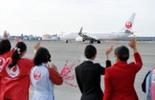 JAL、パイロットも女性のひなまつりフライト 現制服ではラスト