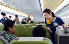 スカイマーク、A330就航 福岡線初便 ミニスカCA8人がお出迎え