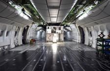 シート外した機内は広大な空間 写真特集・JALスカイスイート777ができるまで(1)