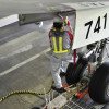格納庫離れる最終改修機 写真特集・JALスカイスイート777ができるまで(終)