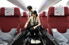 車いすで通路通れる? JAL、787新仕様機で就航前の検証作業