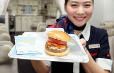 JAL、国際線で作りたてモスバーガー こだわりソースと国産野菜で
