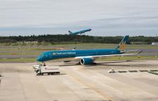 青緑のA350、成田に降り立つ 写真特集・ベトナム航空A350-900、日本初の商業飛行