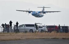 天草エアライン、新造機ATR42が天草到着 放水アーチで歓迎