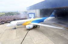 エンブラエル、E190-E2ロールアウト MRJ最大のライバル、16年後半に初飛行