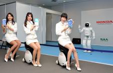 ASIMO、ボール蹴って訪日客歓迎 成田空港で4月3日まで