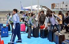 熊本空港、出発便も再開 ターミナルは仮復旧