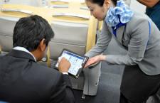 """ANA、iPadで訪日客と""""会話"""" タップしてやり取り"""