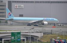 大韓航空機、格納庫前へ移動 エンジンに応急処置