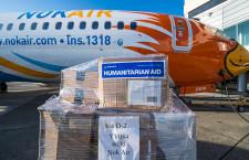 ボーイングとノック、737で人道支援 子供に服や文房具