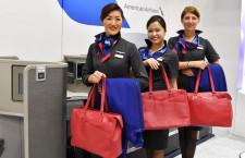 アメリカン航空、客室乗務員の新制服披露 ツーリズムEXPO、新ビジネスシートも