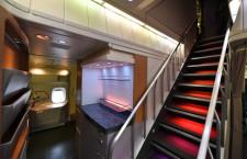 階段の照明はグラデーション 写真特集・さよならキャセイ747-400(1 メインデッキ編)