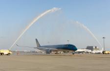 ベトナム航空、関空にA350就航 放水アーチで歓迎