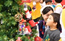 JALの地上係員、成田空港で子供たちとクリスマス飾り サンタへの手紙、フィンランドへ空輸