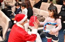 JAL、サンタがお菓子プレゼント イブの羽田発福岡行き