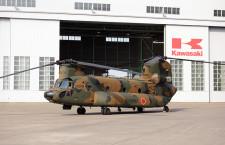 川崎重工、100機目のCH-47J納入 陸自に性能向上型