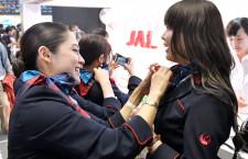 JAL、東京ガールズコレクション初出展 CAが制服着付け