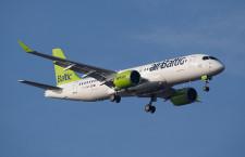ボンバルディア、CS300出展 パリ航空ショー、エア・バルティック塗装で