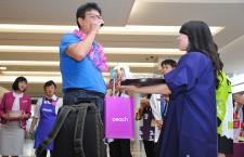 ピーチ、仙台-台北就航 到着客に東北の名産品ふるまう