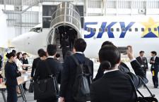 スカイマーク、神戸で入社式 145人、羽田行き体験搭乗
