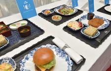 KLM、いつでも軽食サービス 昼便のみ、ギャレーで盛り付け