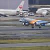 E190-E2、羽田に初飛来 MRJ最大のライバル、静かに着陸