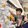 羽田空港、園児とJAL係員がクリスマスツリー飾り付け