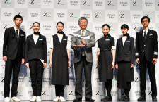 JAL中長距離LCC「ZIPAIR」、機体デザインと制服発表 西田社長「働きやすさ重視」