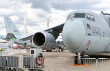 国産最大のC-2輸送機、パリ航空ショー初参加 P-1と並ぶ