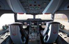 サイドスティックと大型画面並ぶ 写真特集・JAL A350-900(コックピット編)
