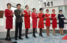 日本就航60周年に彩り 写真特集・キャセイパシフィック航空のCA歴代制服