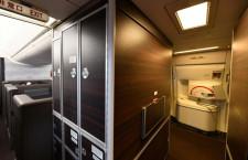 木目調パネルで落ち着いた空間 写真特集・ANA新777-300ER(4)