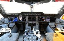 大型モニター並ぶコックピットや落ち着いたラバトリー 写真特集・JAL A350-900福岡公開(4)