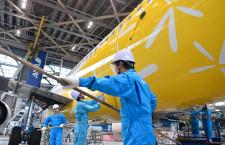 バニラエア、社員有志で機体清掃 最終便投入A320、井上社長もモップでねぎらう