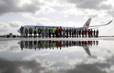 """JALのA350、札幌就航 初便は""""赤""""の初号機、12月から2往復増"""