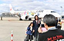 伊丹開港80周年、遊覧飛行に地元小学生招待 関空でローパスも
