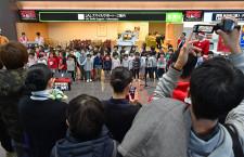 羽田の保育園児、JAL社員と合唱 サンタさんへメッセージ