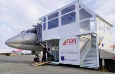 FDA、エレベーター付タラップ車 車いす対応、日本初導入